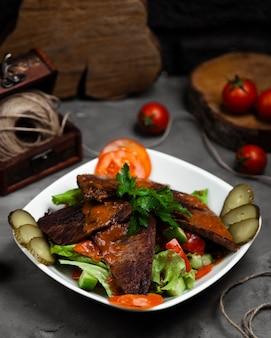 Langet com salada de legumes variedade na tigela