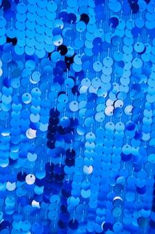 Lantejoulas azuis redondas no vestido da forma