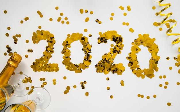Lantejoulas douradas com dígitos de ano novo em 2020