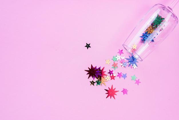 Lantejoulas estrela espalhadas de vidro na mesa