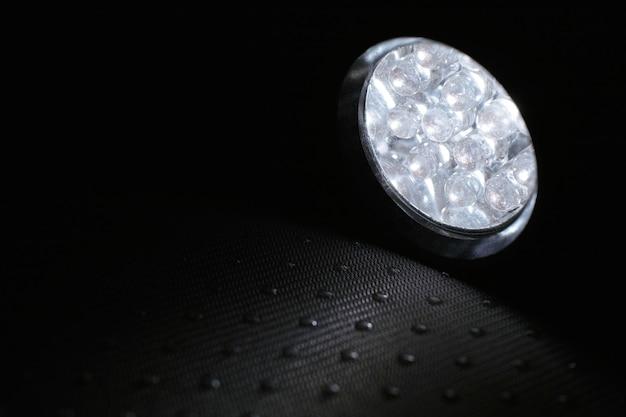 Lanterna acesa no escuro