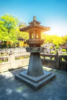Lanterna antiga do jardim do lago oeste de hangzhou