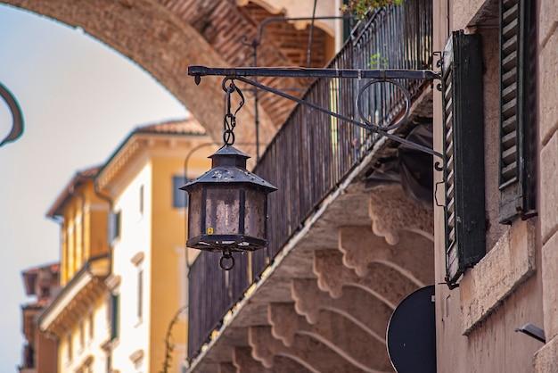 Lanterna antiga em edifícios medievais na rua de verona, na itália