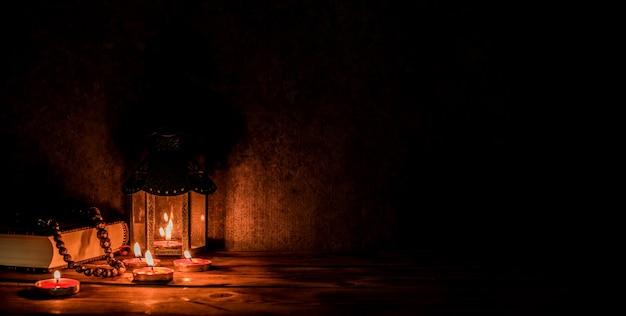 Lanterna árabe com vela à noite para feriado islâmico. mês sagrado muçulmano do ramadã. fim do eid e feliz ano novo. copie o espaço em fundo escuro.