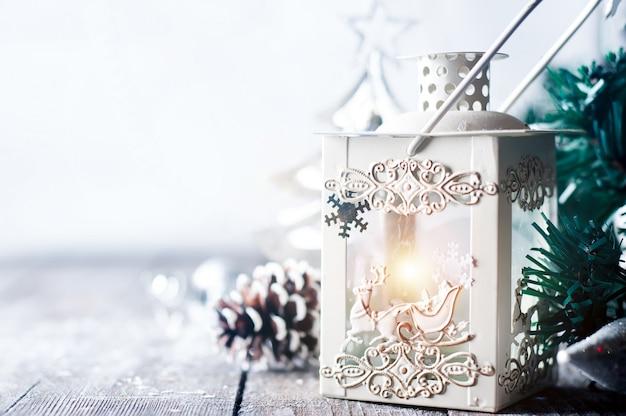 Lanterna ardente na neve com decoração de natal