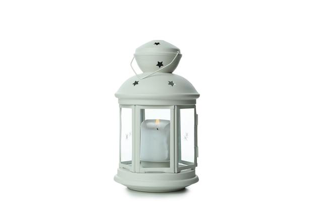 Lanterna branca com vela isolada na superfície branca