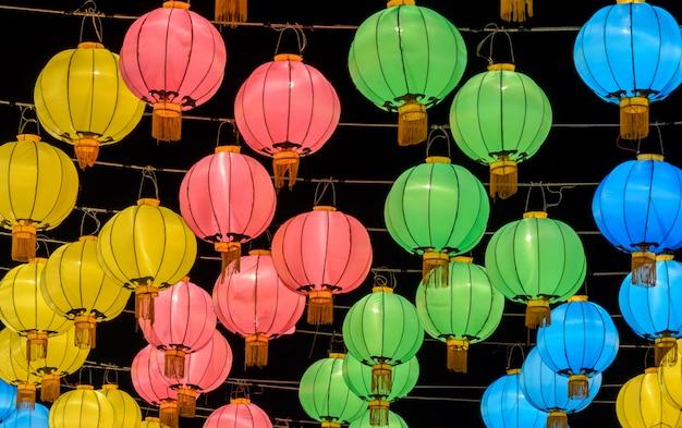 Lanterna chinesa colorida iluminada à noite
