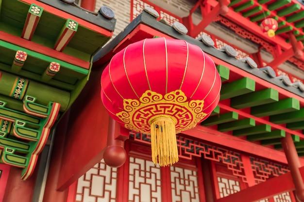 Lanterna chinesa vermelha pendurada na rua como decoração