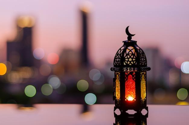 Lanterna com fundo do céu ao anoitecer para ramadan kareem.