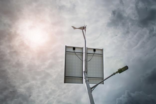 Lanterna com uma lanterna e painéis solares instalados em um céu azul.