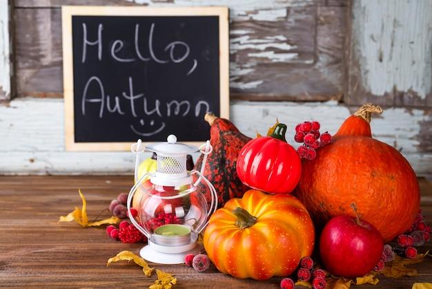 Lanterna com vela, abóboras e decorações de outono