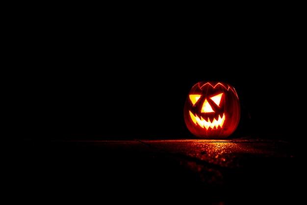 Lanterna de abóbora assustadora de halloween à noite na escuridão