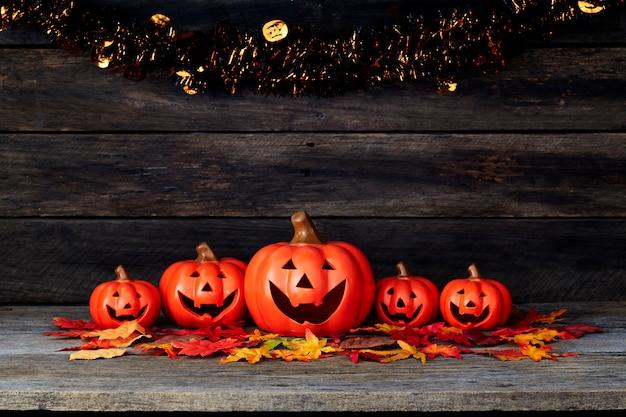 Lanterna de abóbora de halloween. doces ou travessuras em uma mesa de madeira