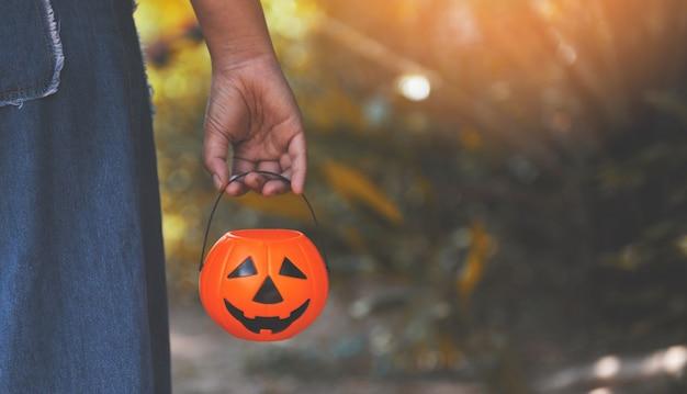Lanterna de abóbora de halloween na mão cabeça jack o lanterna mal engraçado enfrenta decoração do feriado na natureza de halloween