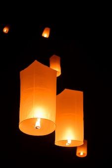 Lanterna de céu flutuante no ano novo tradicional tailandesa, yi peng festival