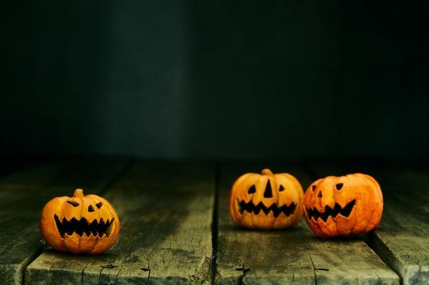 Lanterna de jack cabeça de abóbora de halloween na mesa