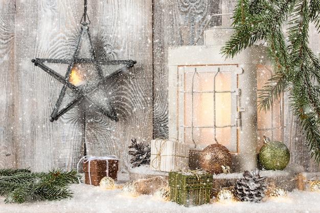Lanterna de natal, caixas de presente e decoração na neve