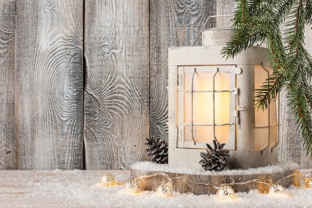 Lanterna de natal e decoração na neve
