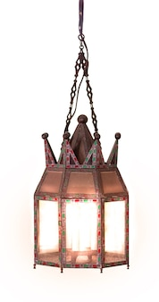 Lanterna de suspensão vintage iluminada isolada no fundo branco.