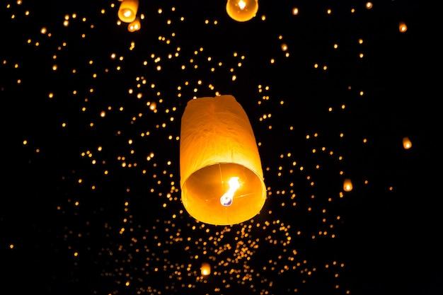 Lanterna do céu voando tailandesa