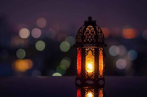 Lanterna e cidade bokeh luz de fundo para ramadan kareem.