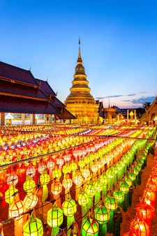 Lanterna e festival da lâmpada colorida em loi krathong em wat phra that hariphunchai, província de lamphun, tailândia