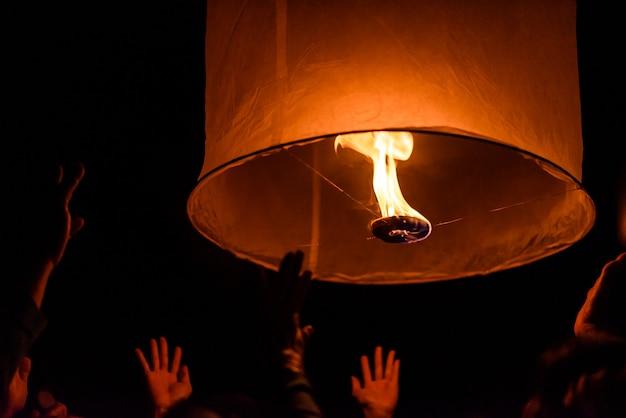 Lanterna flutuante do céu no ano novo tradicional tailandês do norte