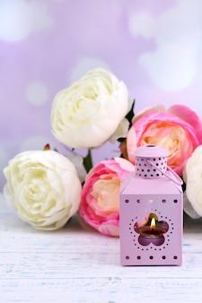 Lanterna metálica decorativa e flores artificiais