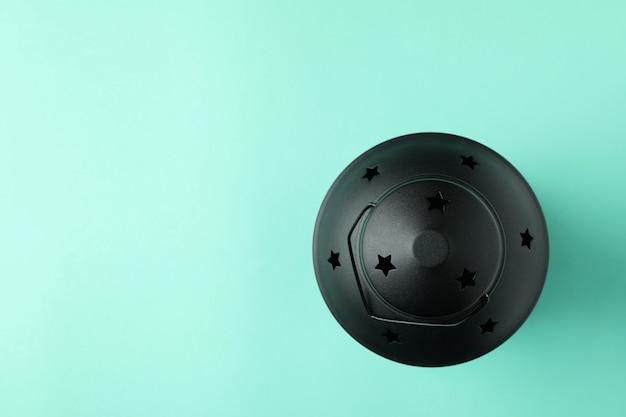 Lanterna negra na superfície da moeda, espaço para texto