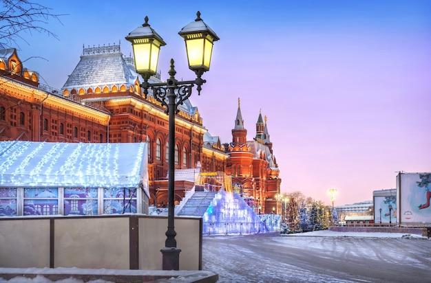 Lanterna no museu histórico na praça do manege no início da manhã de inverno