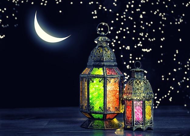 Lanterna oriental com lua e estrelas. ramadan kareem. imagem em tons de estilo vintage