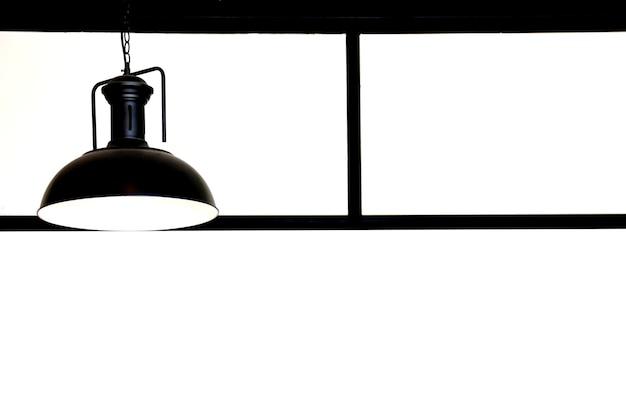 Lanterna retro preta pendurada no teto, isolada no fundo branco
