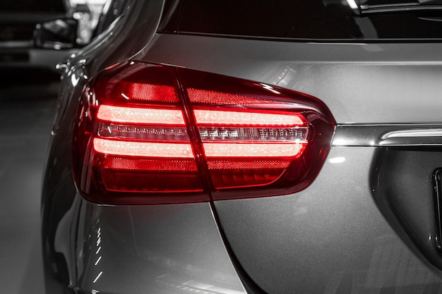 Lanterna traseira de close-up de um novo carro de crossover cinza halogênio. exterior de um carro moderno. feche detalhes em um dos carros modernos de luzes led.