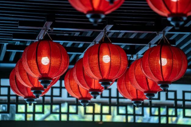 Lanterna vermelha chinesa no festival do ano novo chinês na rua em danang, vietnã