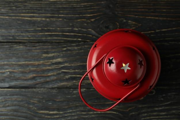 Lanterna vermelha na mesa de madeira, espaço para texto