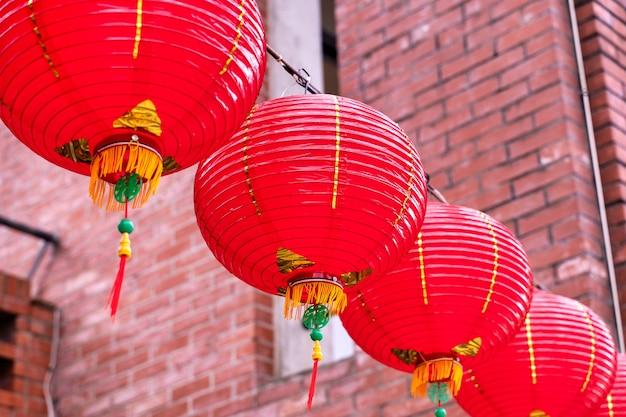 Lanterna vermelha redonda bonita pendurada na velha rua tradicional, o conceito do festival do ano novo lunar chinês, close-up. a palavra subjacente significa bênção.