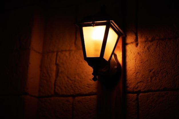 Lanterna vintage à noite. lanterna velha na rua da cidade