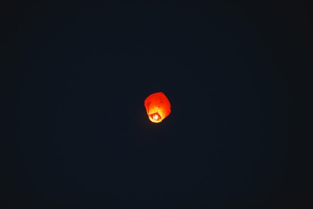 Lanterna voadora no céu escuro