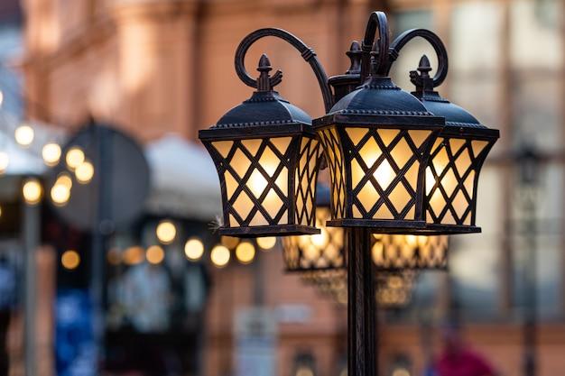 Lanternas antigas isoladas contra uma paisagem de rua embaçada, riga, letônia