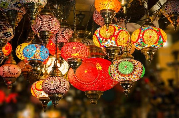 Lanternas árabes com bom fundo desfocado