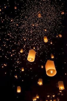 Lanternas asiáticas flutuantes no festival yee-peng, chiang mai, tailândia