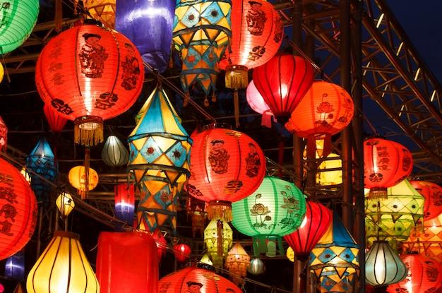Lanternas asiáticas internacionais coloridas