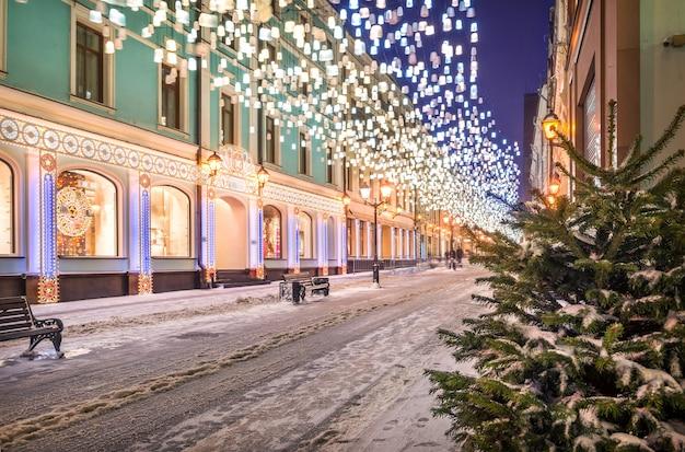 Lanternas brilhantes no céu na stoleshnikov lane em moscou e iluminação na véspera de ano novo
