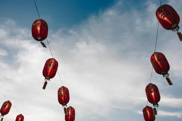 Lanternas chinesas no céu