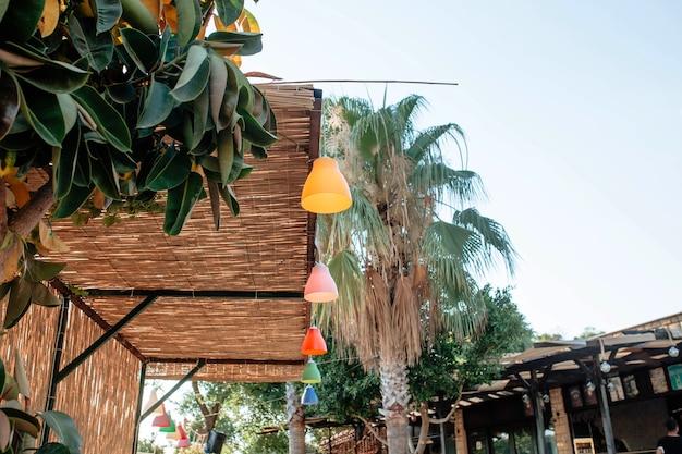 Lanternas coloridas decoravam o telhado de bambu de um café na turquia, conceito de turismo e atrações