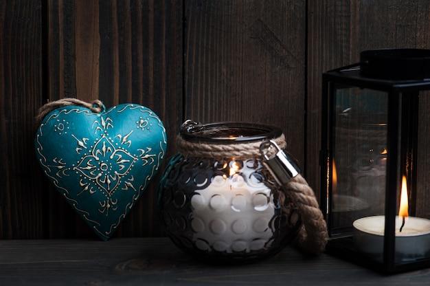 Lanternas com velas acesas e coração