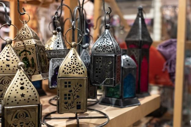Lanternas da índia em uma loja de antiguidades