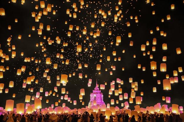 Lanternas de céu flutuante de turista no festival loy krathong, chiang mai, tailândia