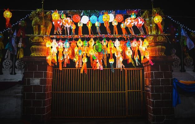 Lanternas de festival de loy krathong em lugar público de tailândia durante a noite.