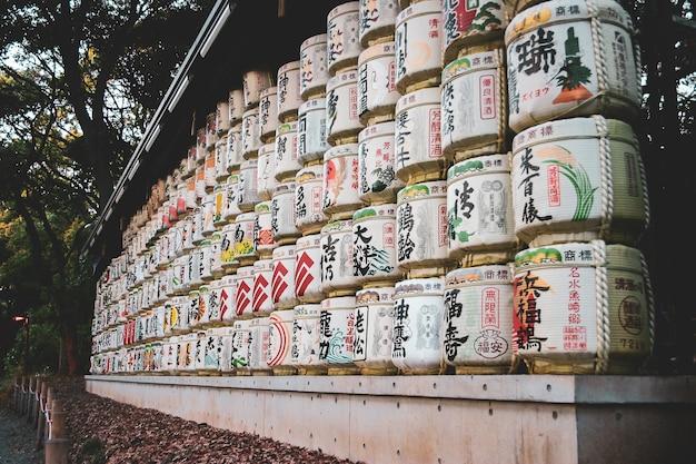 Lanternas de papel iluminadas que penduram acima da entrada do santuário de nishiki tenmangu.